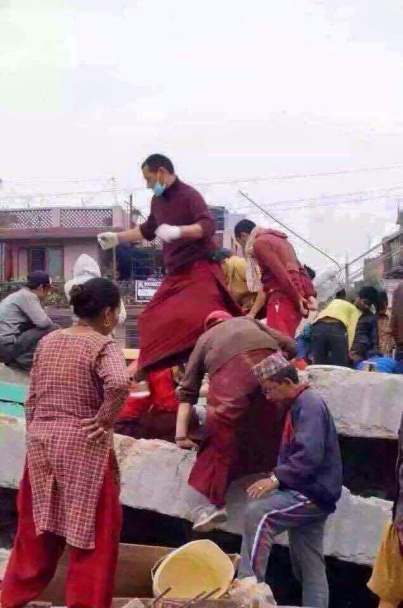 Triten monks helping during earthquake 2015 2
