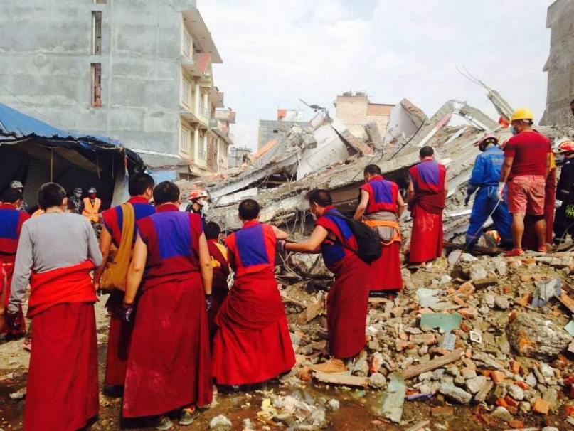 Triten monks helping during earthquake 2015 6