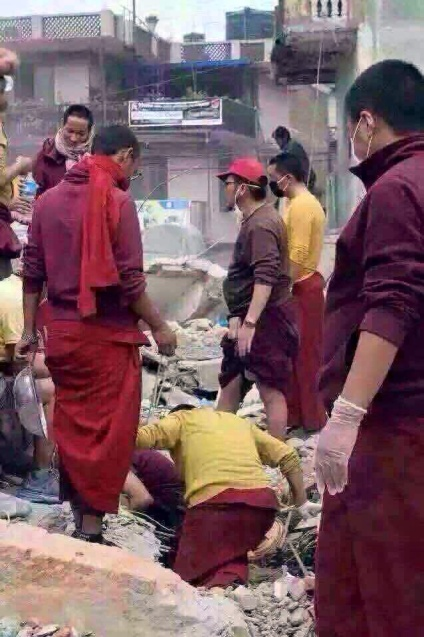 Triten monks helping during earthquake 2015