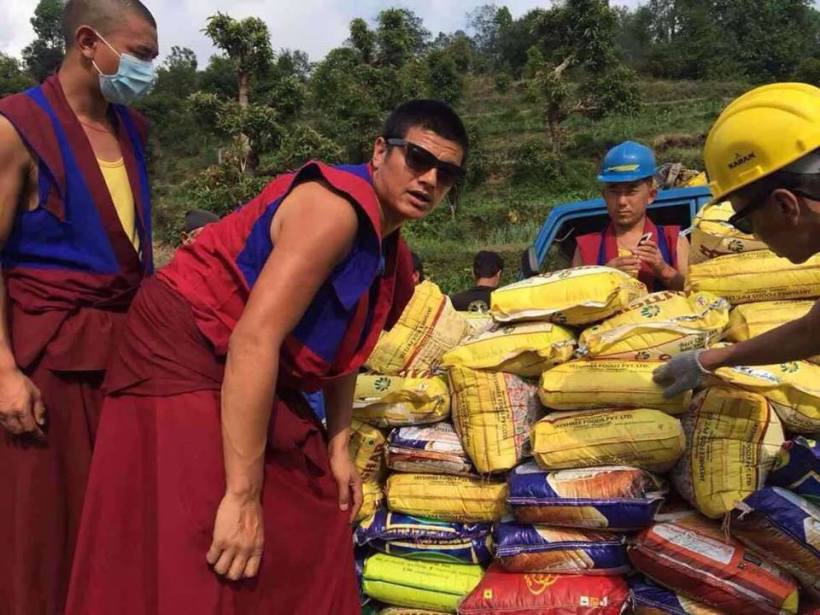 Triten monks helping during earthquake 2015 8